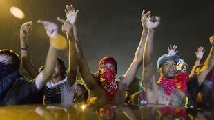 A Ferguson dans le Missouri, des manifestants ont bravé le couvre feu mis en place par les autorités dans la nuit de samedi à dimanche 17 août.