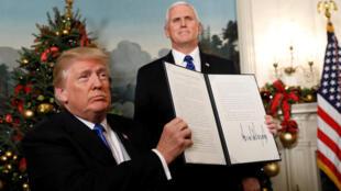 Donald Trump brandit la déclaration solennelle selon laquelle les Etats-Unis reconnaissent Jérusalem comme capitale d'Israël.
