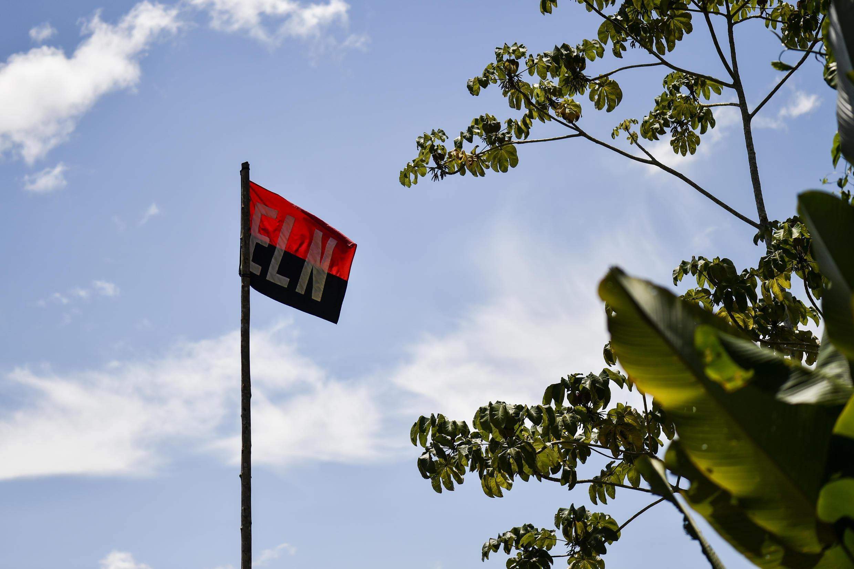 Una bandera del ELN se observa en la selva de Catatumbo, Colombia, el 18 de septiembre de 2018