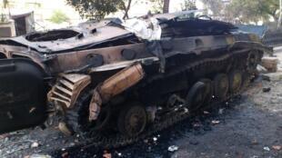 Tanque do governo sírio foi destruído ontem em Homs, foco das contestações ao regime do presidente Bashar al-Assad.