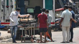Les autorités craignent que le virus se propage de manière exponentielle dans le bidonville géant de Dharavi.