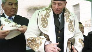 Tư lệnh Mỹ, tướng David Petraeus được nghênh tiếp tại Kyrgyzstan ngày 11/3/2010