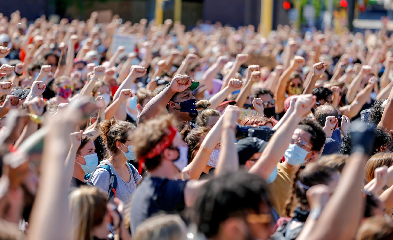 Hàng ngàn người tuần hành tại thành phố Minneapolis (Minnesota - Hoa Kỳ) ngày 05/06/2020, để phản đối nạn kỳ thị chủng tộc, sau vụ George Floyd, một người da đen bị một viên cảnh sát da trắng sát hai.