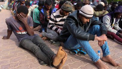 Migrantes interceptados en Khoms (Libia) cuando estaban a punto de salir para Europa el 30 de mayo de 2020.