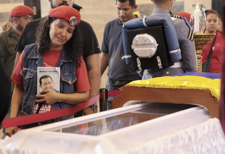 Milhares de pessoas passaram diante do caixão do presidente venezuelano Hugo Chávez, que terá seu corpo embalsamado e exposto por pelo menos sete dias.