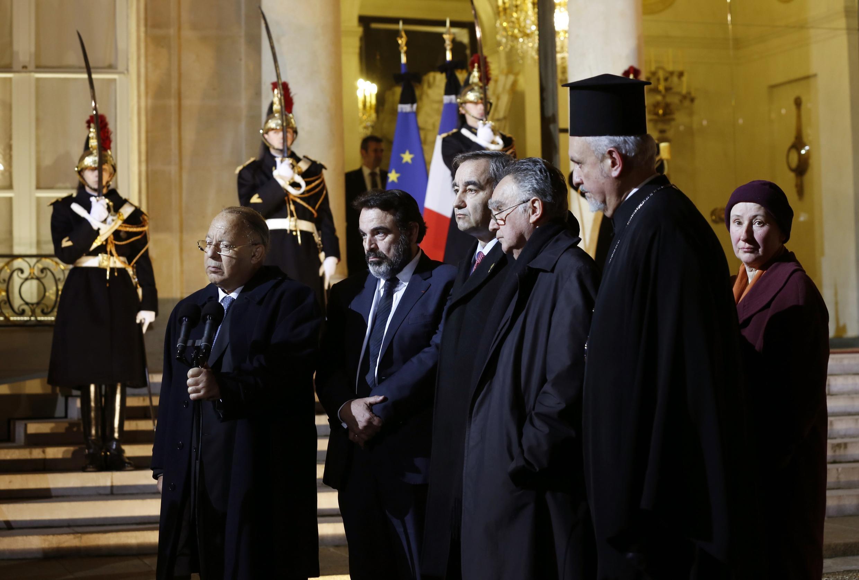 Dalil Boubakeur, le recteur de la Mosquée de Paris, (G) s'exprime devant les journalistes et condamne l'attentat contre Charlie Hebdo à l'Elysée, Paris, le 7 janvier 2015.