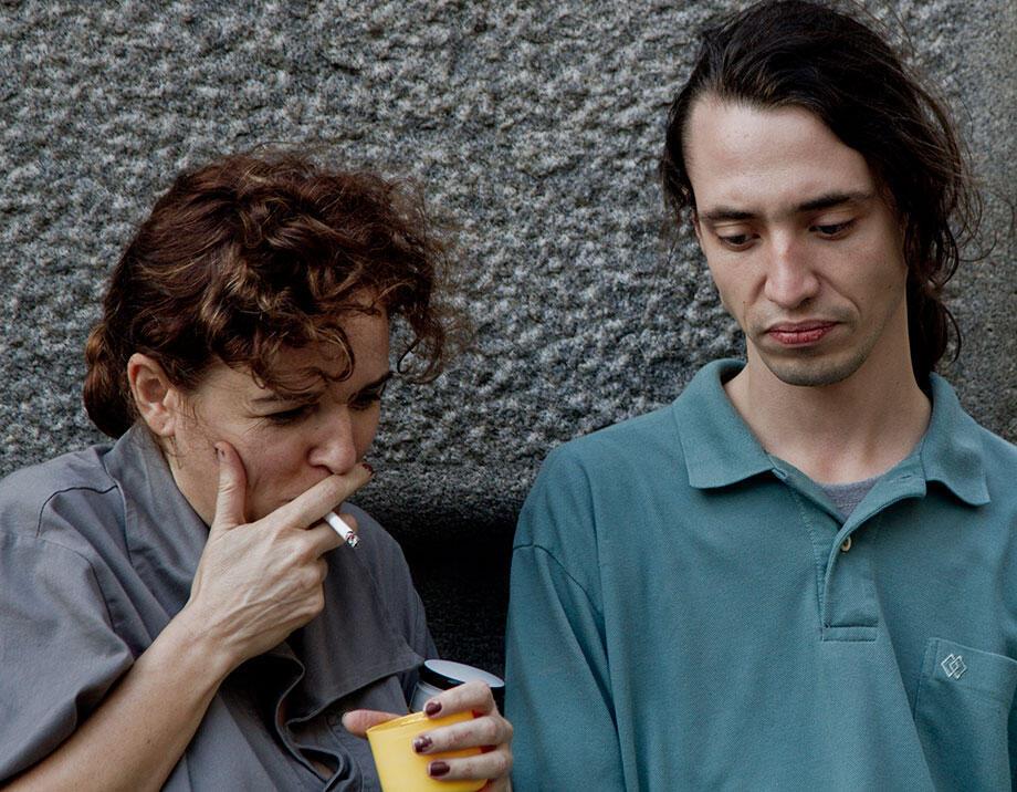 """Os atores Sandra Corveloni e Lui Seixas em cena do curta-metragem """"O Afinador""""."""
