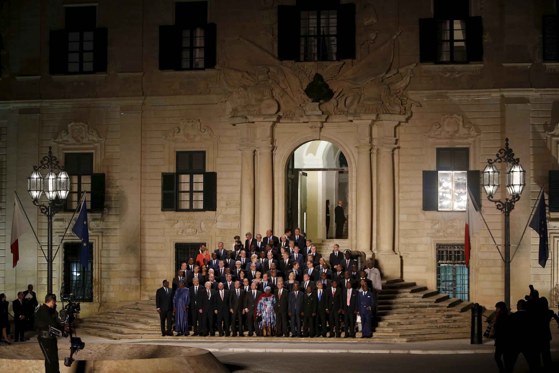 Photo des dirigeants européens et de leurs homologues africains sur les marche de l'Auberge de Castille, à La Valette, le 11 novembre 2015.