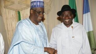 Bello Haliru Mohammed félicite Goodluck Jonathan après la confirmation de sa victoire à l'élection présidentielle, le 18 avril 2011.