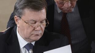 Le président ukrainien, Viktor Ianoukovitch (g.), ici en décembre 2013 aux côtés de Mykola Azarov, Premier ministre qui a annoncé sa démission mardi 28 janvier.