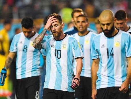 Lionel Messi a tsakiyar takwarorinsa 'yan wasan kasar Argentina bayan kammala wasa da Peru, na neman cancantar halartar gasar cin kofin duniya a Buenos Aires, wanda aka tashi 0-0, a watan Oktoba na 2017.