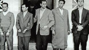 Principaux dirigeants du FLN (de gauche à droite : Mohamed Khider, Mostefa Lacheraf, Hocine Aït Ahmed, Mohamed Boudiaf et Ahmed Ben Bella) après leur arrestation suite au détournement, le 22 octobre 1956 par l'armée française, de leur avion civil marocain.