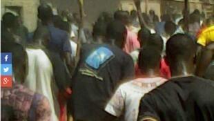 Manifestation à Mangole jeudi 26 novembre 2015 (capture d'écran).