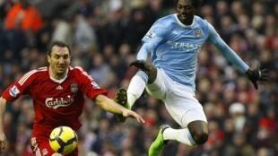 Emmanuel Adebayor prend le meilleur sur le défenseur grec de Liverpool Sotirios Kyrgiakos.