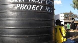 Un réservoir d'eau dans le bidonville de Kibera, en 2009. Actuellement, l'eau est rationné dans le quartier suite aux faibles pluies de fin 2017.