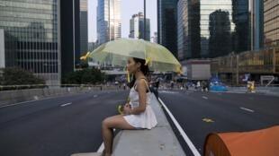 Một nữ sinh Hồng Kông sau những ngày biểu tình sôi đông . Ảnh chụp ngày 9/10/2014treen đường dẫn đến trung tâm tài chính của thành phố.