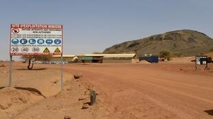 Ce panneau marque l'entrée de la mine de manganèse de Tambao, à 350 km au nord de Ouagadougou, où a été enlevé Iulian Ghergut le 4 avril 2015.