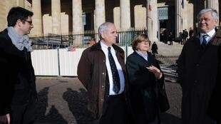 Membres de la famille Vedrines, victimes du «gourou» Thierry Tilly dans l'affaire «Reclus de Monflanquin», sortent du palais de justice de la ville de Bordeaux, dans le sud-ouest de la France, le 13 novembre 2012.