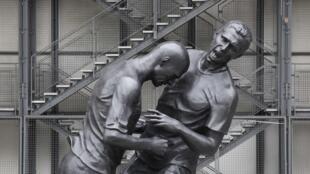 Bức tượng thể hiện cú đánh đầu nổi tiếng của Materazzi vào danh thủ Zidane tại trung tâm Pompidou, Paris.