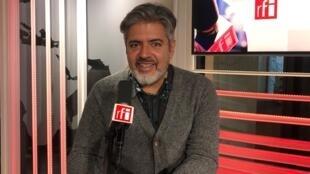 O artista plástico Marcos Marin no estúdio da RFI.