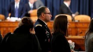 الکساندر ویندمن و جنیفر ویلیامز در برابر کمیسیون اطلاعات مجلس نمایندگان که ماموریت تحقیق و ایراد اتهام بر دونالد ترامپ را بر عهده دارد - ١٩ نوامبر ٢٠١٩