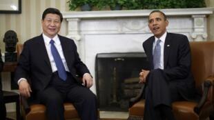 Le président Barack Obama (D) reçoit le vice-président chinois Xi Jinping, dans le Bureau ovale de la Maison Blanche, le 14 février 2012.