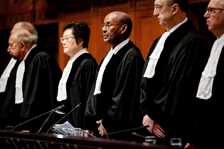 Chánh án Toàn Án Công Lý Quốc Tế, Abdulqawi Ahmed Yusuf (G), thông báo quyết định của Tòa, La Haye, ngày 23/01/2020