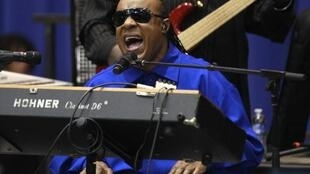 Stevie Wonder canta para eleitorado democrata no estado de Ohio