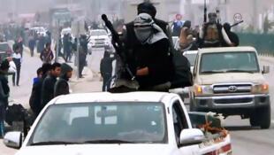 Des combattants de l'EIIL à Ramadi en mars dernier. Photo extraite d'une vidéo de propagande.