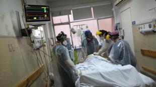 Du personnel hospitalier autour d'un malade du Covid-19 à Santiago du Chili, à l'hopital Posta central, l'un des établissements hospitaliers les plus importants de la capitale chilienne, le 27 juin 2020 (photo d'illustration).