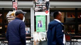 Des affiches de campagne sont visibles dans le quartier de Rinkeby, à Stockolm, le 7 septembre 2018