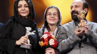 Le réalisateur iranien, Asghar Farhadi (d) lauréat de l'Ours d'or, avec ses actrices, Sarina Farhadi (c) et Sareh Bayat (g), primées de l'Ours d'argent, à la 61e Berlinale, le 19 février 2011.
