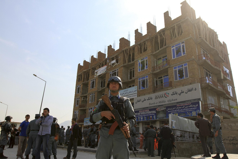 Polícia controla confrontos em Cabul após atentados que fizeram dezenas de mortos