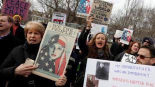 Des manifestants protestent contre le décret anti-musulmans édicté par Donald Trump, le 29 janvier 2017 à Washington DC.