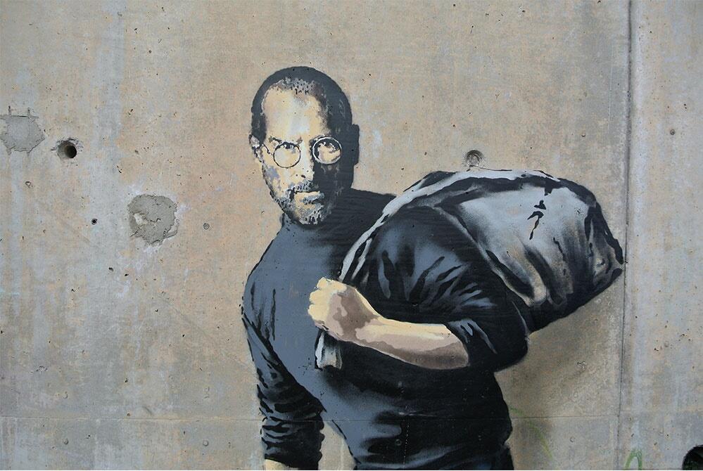 英国街头艺术家Banksy在法国加莱难民中心墙上创造的画,2015年。
