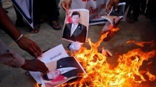 Manifestantes indios queman una foto del presidente chino Xi Jinping el 16 de junio de 2020 en Ahmedabad.