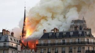 法国巴黎圣母院遭大火
