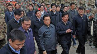 Le président chinois Hu Jintao à Jiegu, dans le comté du Yushu, le 18 avril 2010.