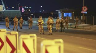 Les militaires turcs bloquent l'accès au pont du Bosphore, qui relie les côtés européens et asiatiques de la ville , à Istanbul, le 15 Juillet 2016.