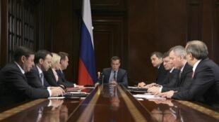 O primeiro-ministro russo, Dmitri Medvedev, declarou nesta segunda-feiar, 25 de março de 2013, que a Rússia irá analisar o pedido cipriota de flexibilização do empréstimo de € 2,5 bilhões concedido por Moscou a Nicósia.