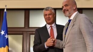 Hashim Thaci reçoit, à Pristina le 29 juin, le Premier ministre albanais Edi Rama, l'un de ses principaux soutien dans le bras de fer qui l'oppose à la justice internationale.