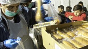 Distribution de nourriture dans le camp de Nea Kavala, dans le nord de la Grèce.