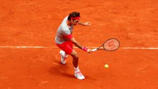 O tenista Roger Federer se classificou com folga para a segunda rodada do torneio de Roland Garros