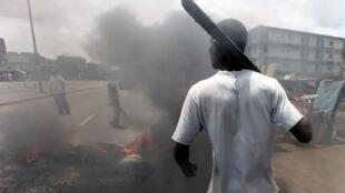 Anti-Ggbagbo demonstrators burn tyres in the Abobo district of Abidjan, 3 March 2011