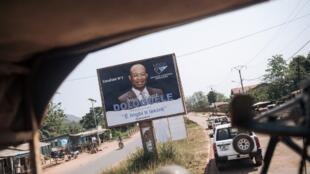 Un convoi de la Minusca longe une affiche électorale de l'opposant Anicet-Georges Dologuélé, à Bangui, le 25 décembre 2020.