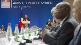 Presidente Francês François Hollande discursando na Conferência dos Amigos da Síria em Paris a 6 de Julho de 2012