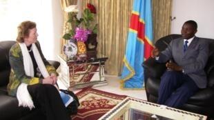 Mary Robinson akiwa na Gavana wa Kivu Kaskazini