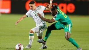 Ismaël Bennacer face au Sénégalais Lamine Gassama lors la finale de la CAN 2019.