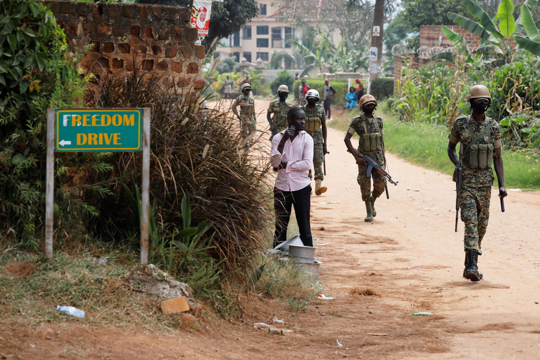 2021-01-18T094846Z_529957360_RC29AL9Q9IKP_RTRMADP_3_UGANDA-ELECTION Des militaires ougandais devant le domicile de l'opposant Bobi Wine à Kampala, le 18 janvier 2021.