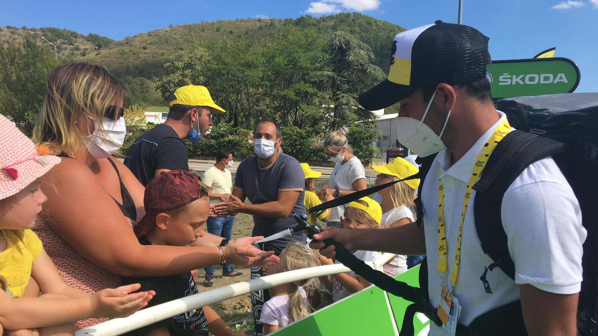 Distribution de gel hydro-alcoolique à l'arrivée de la 5ème étape du Tour de France 2020, à Privas.
